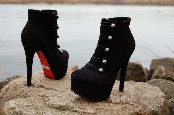 b1f7b05ec لم ينجح الاتجاه في فرو الأحذية الحامضية في دخول سوق الملابس الروسية. من  السهل طلب نماذج الأزياء من الأحذية بالظلال المطلوبة في موقع Asos ، حيث يوجد  أكثر من ...